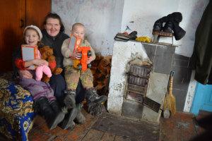 Familj i Ukraina får kläder och presenter.